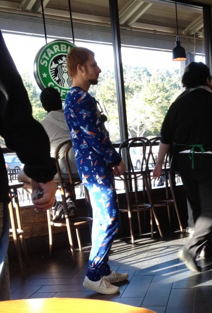 парень в пижаме в кафе