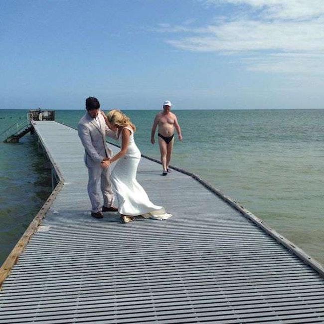 жених и невеста на мосту
