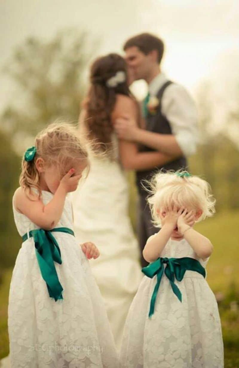 девочки закрыли лица руками