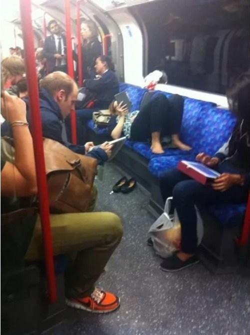 женщина лежит на сидении в метро