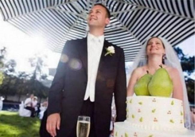жених и невеста под зонтом