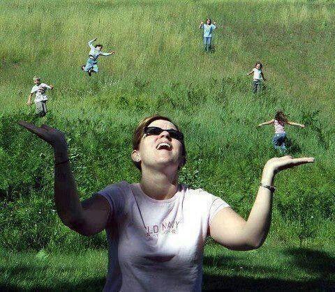 девушка жонглирует людьми