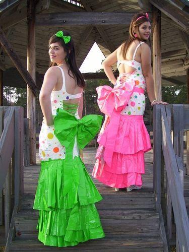 две девушки в смешных платьях