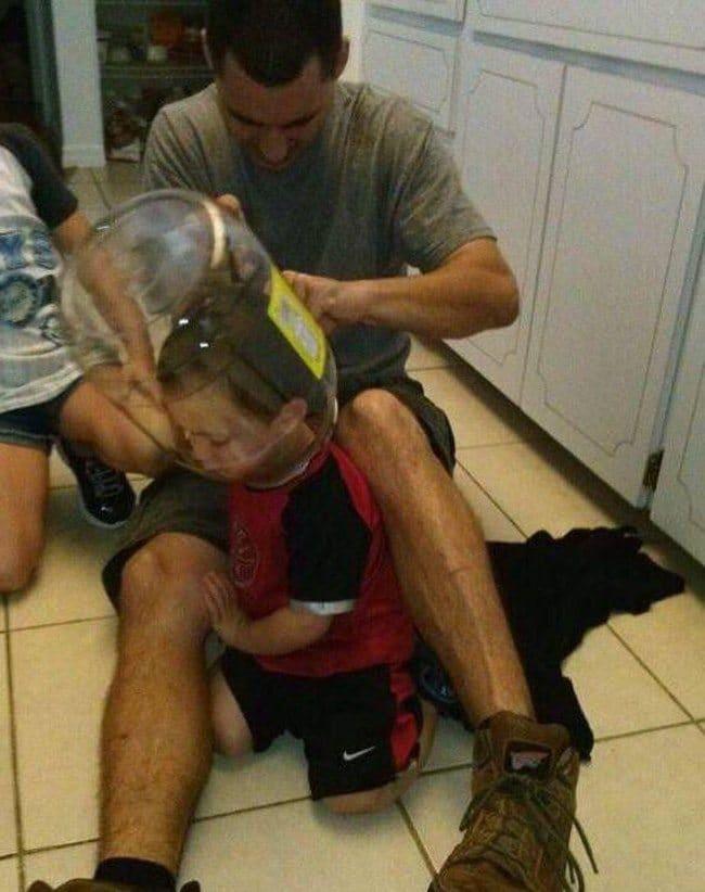 мальчик с банкой на голове