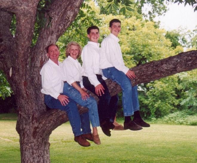 семейное фото: семья сидит на дереве