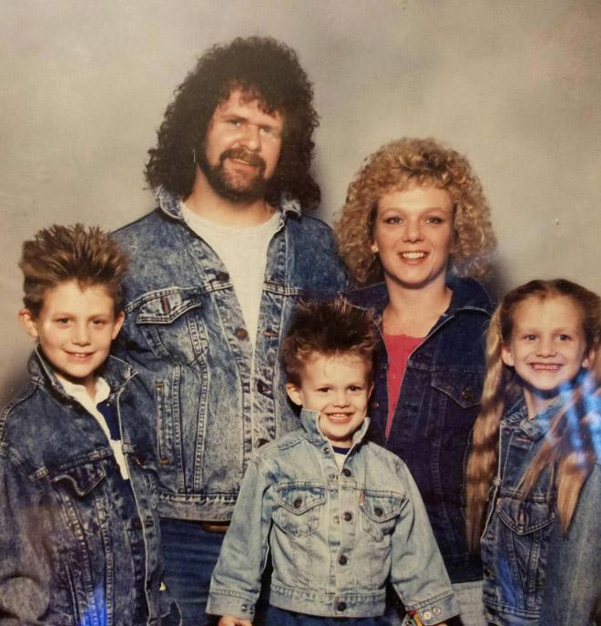 семья в джинсовых куртках