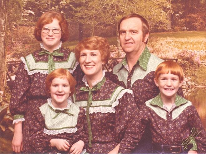 семейное фото: семья в одинаковых нарядах