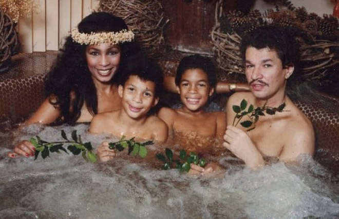 семейное фото: семья в джакузи