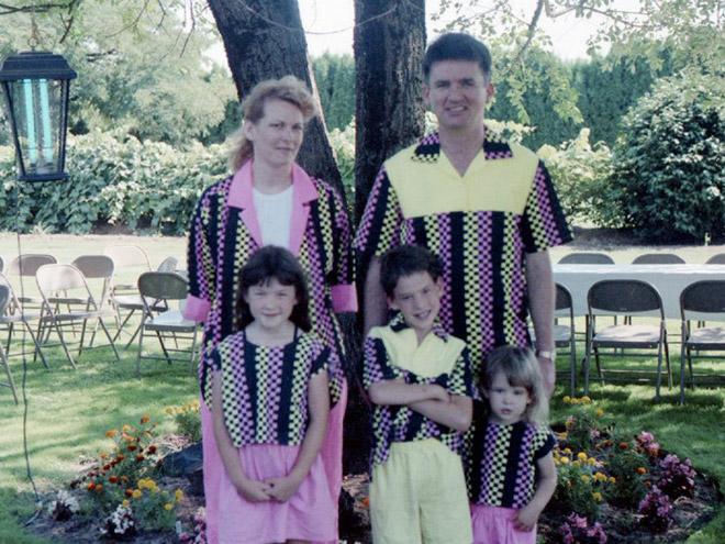 семейное фото: семья во дворе в одинаковых костюмах