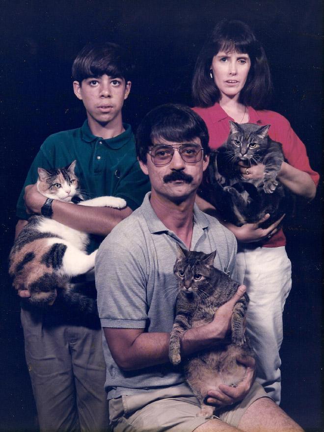 семейное фото: семья с котами