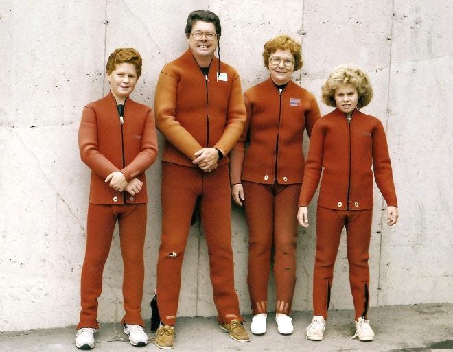 семейное фото: семья в оранжевых костюмах
