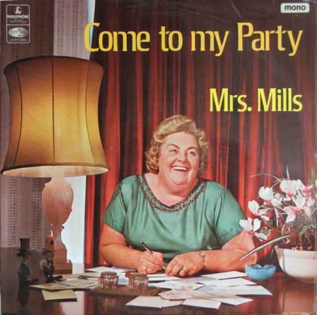 женщина за столом с письмами