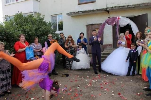 жених и невеста возле подъезда
