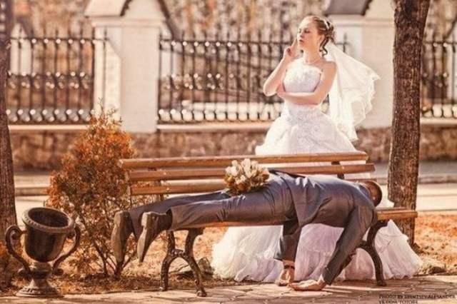 жених и невеста возле скамейки