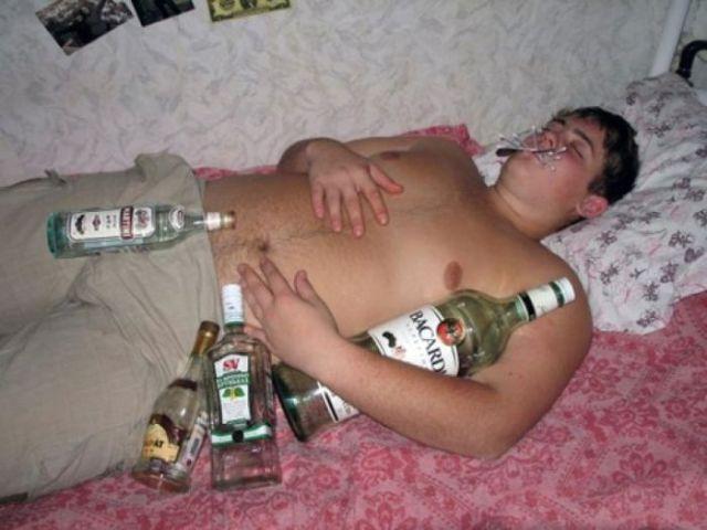 спящий студент с бутылками