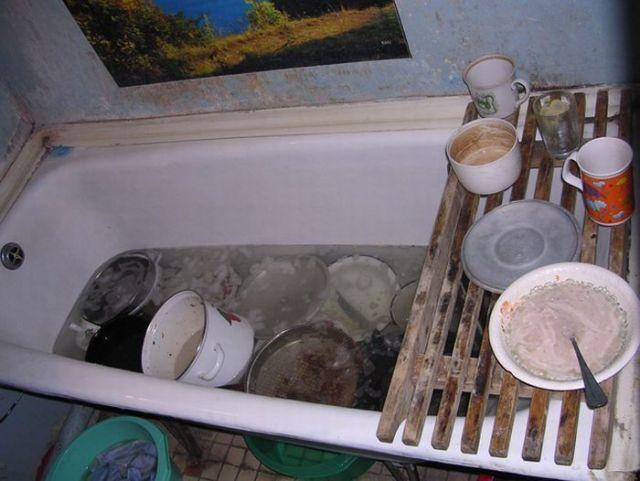 грязная посуда в ванне
