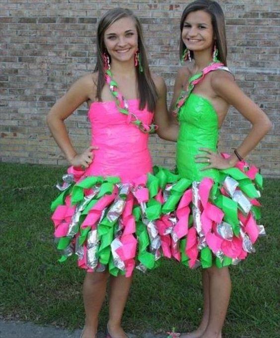 две девушки и забавные платья