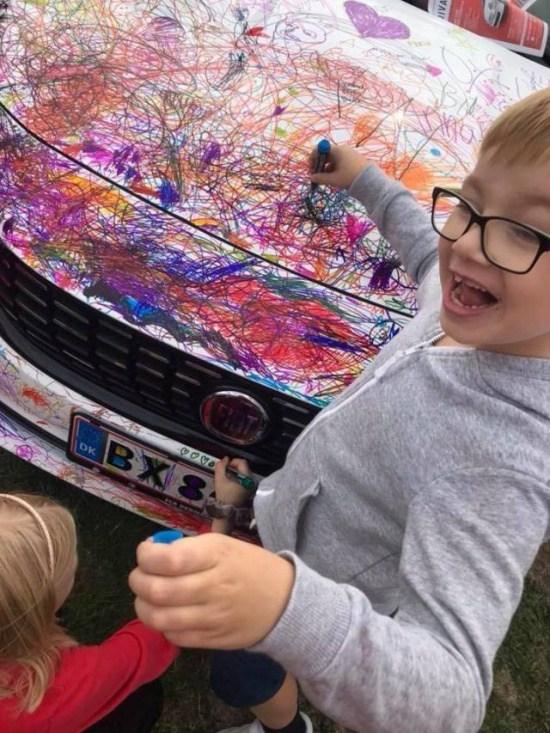 ребенок разрисовал машину