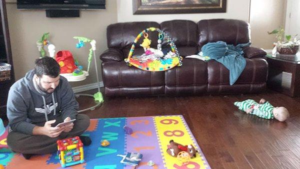 папа сидит на детском коврике