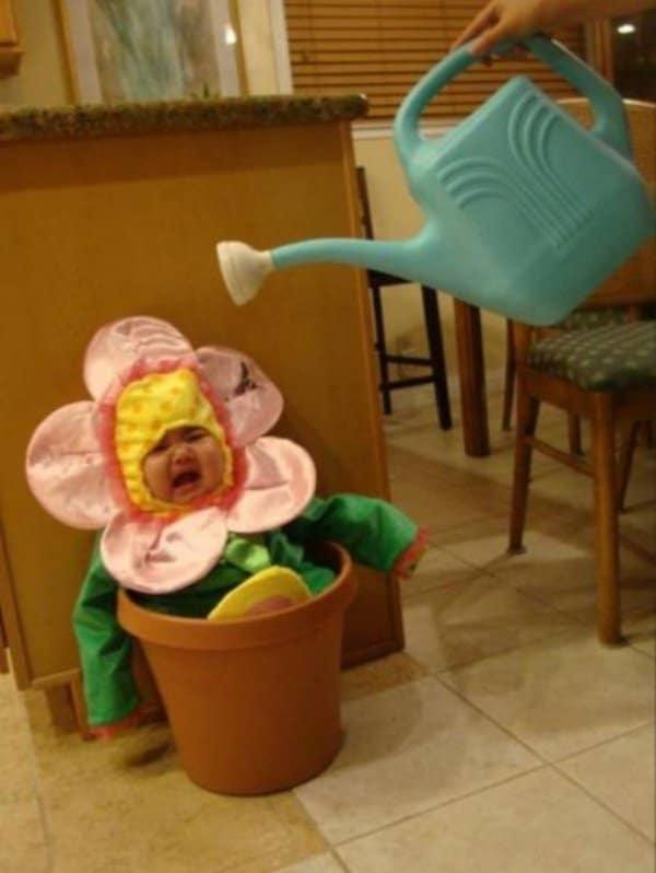 ребенок в костюме цветка
