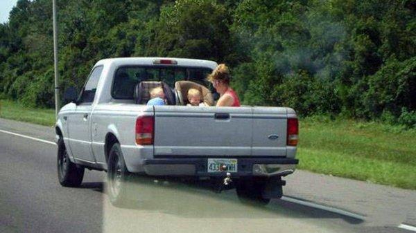 мама с детьми в кузове машины