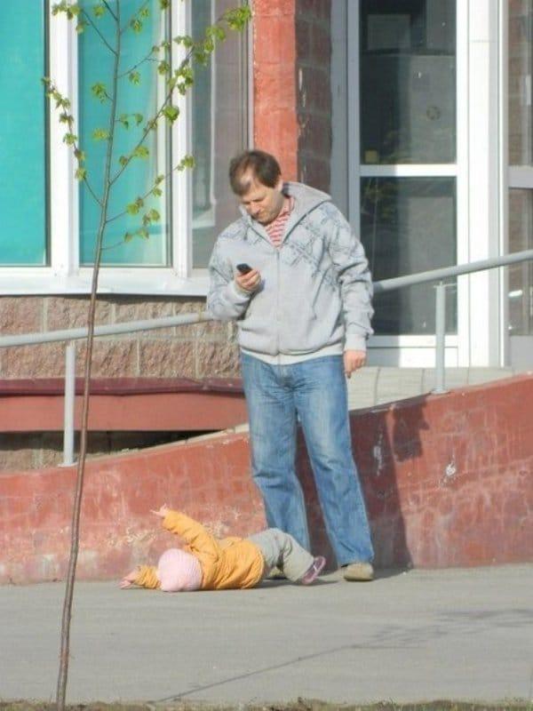 ребенок упал возле папы