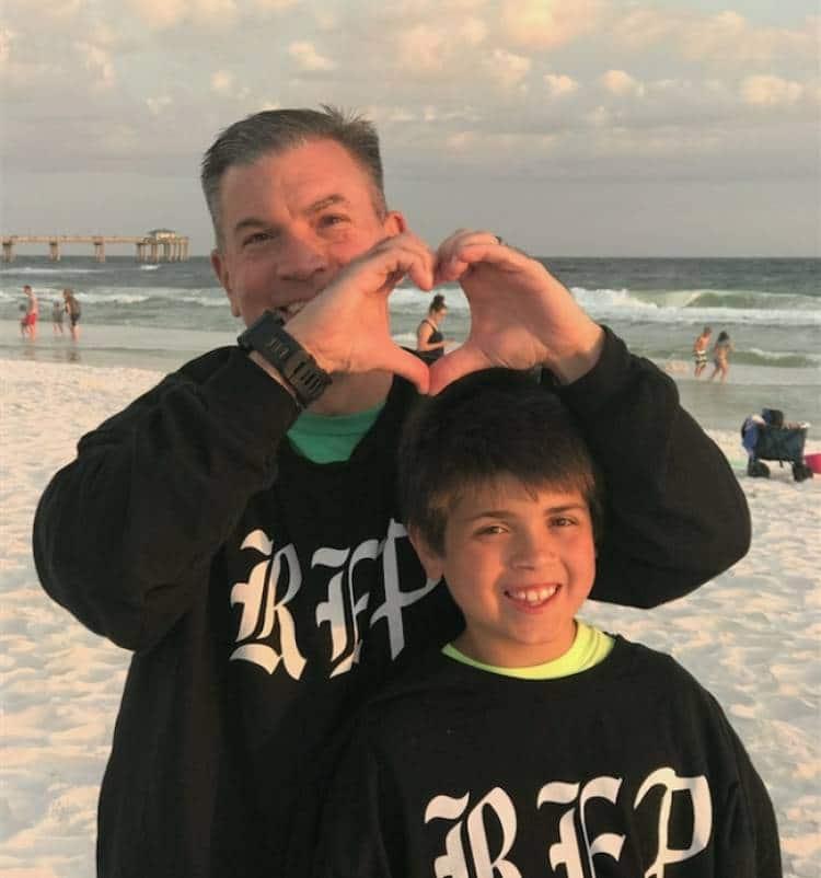 папа с сыном на пляже