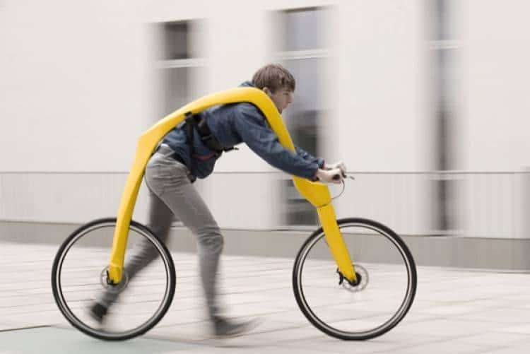 парень на велосипеде без педалей