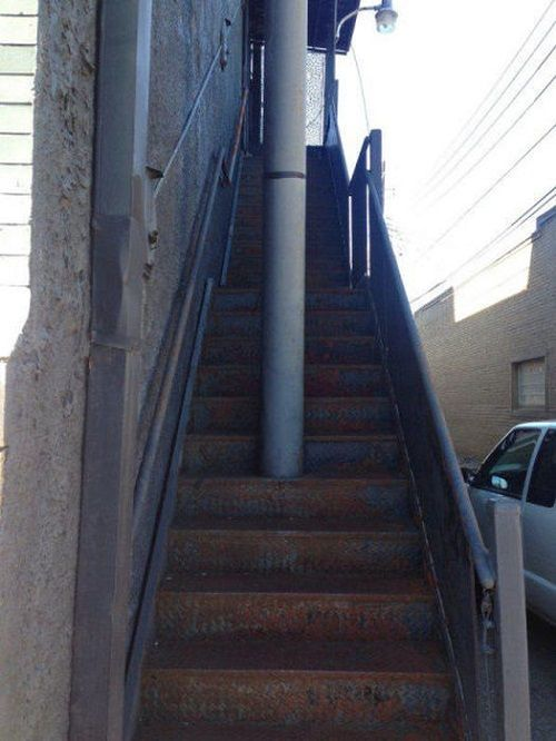 столб посреди лестницы