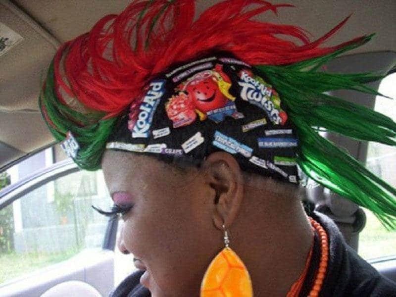 чернокожая женщина с цветными волосами