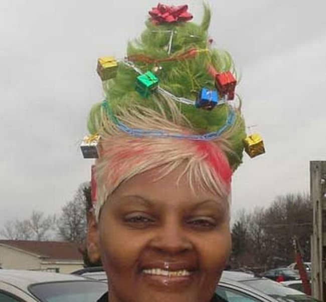 женщина с прической под новогоднюю елку