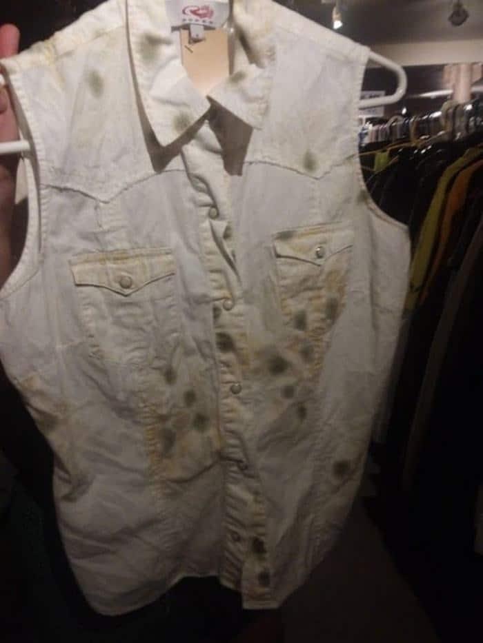 грязная джинсовая жилетка