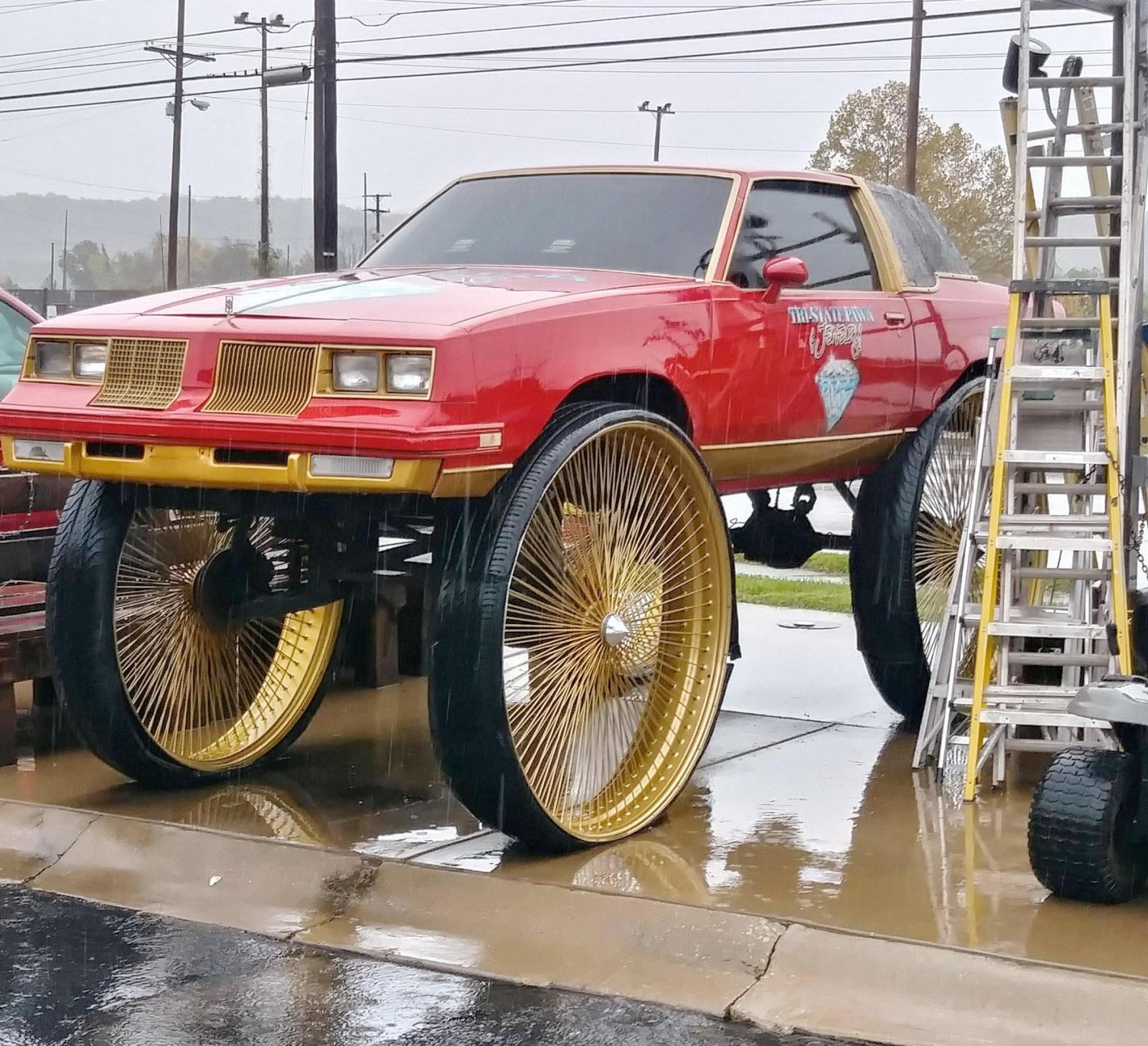 красная машина на больших колесах