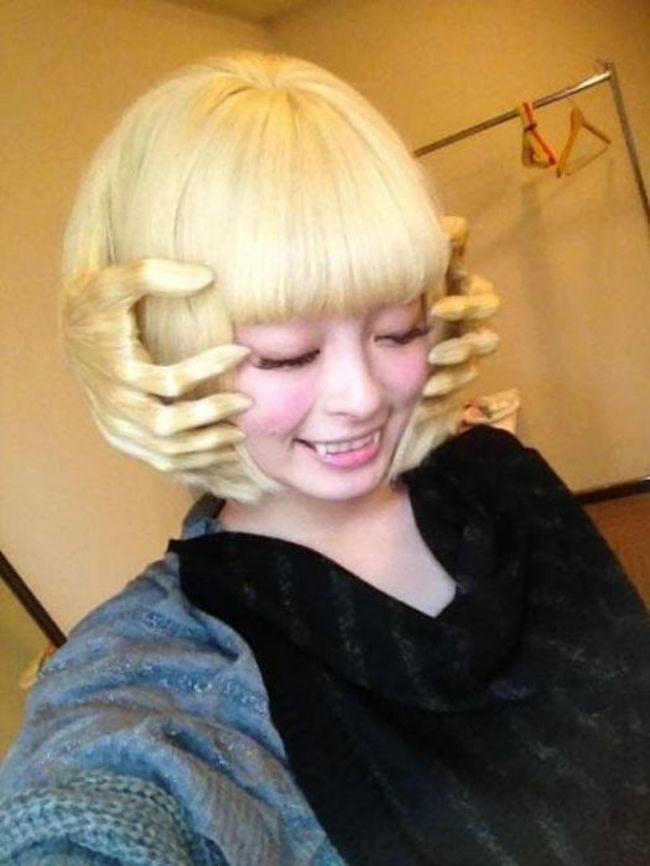 японка в белом парике
