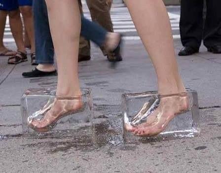 кубики льда на ногах