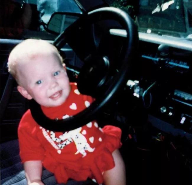 ребенок с головой в руле