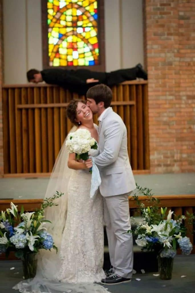 жених целует невесту