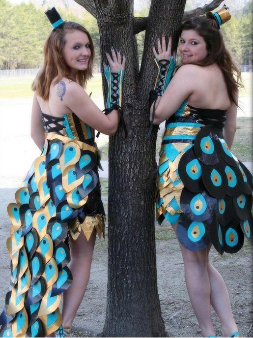 две девушки в смешных нарядах
