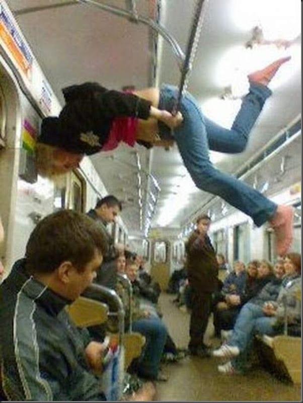 девушка на поручнях в метро