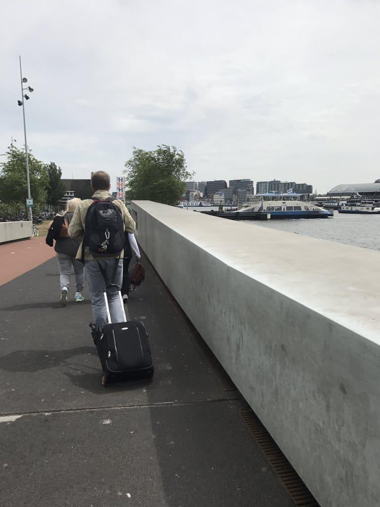мужчина с рюкзаком и чемоданом