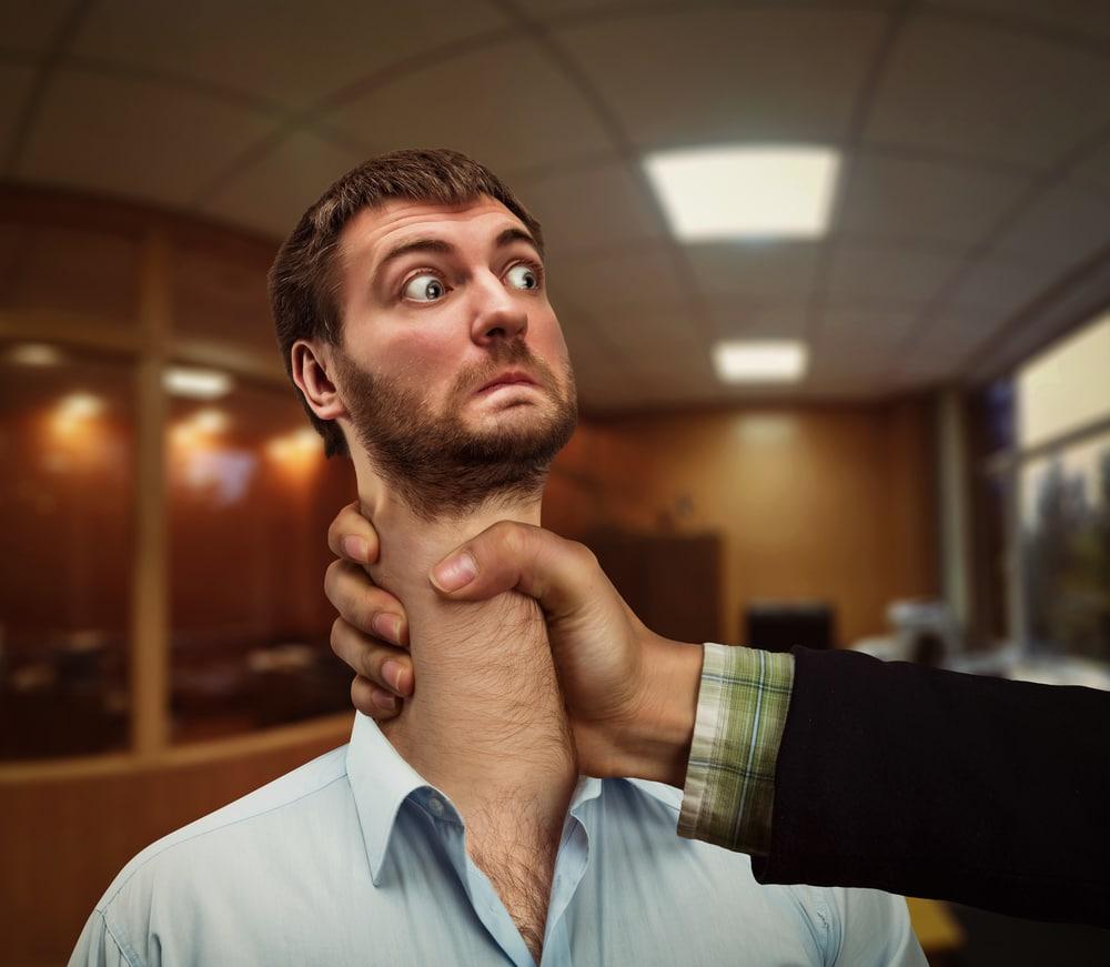 мужчина с длинной шеей