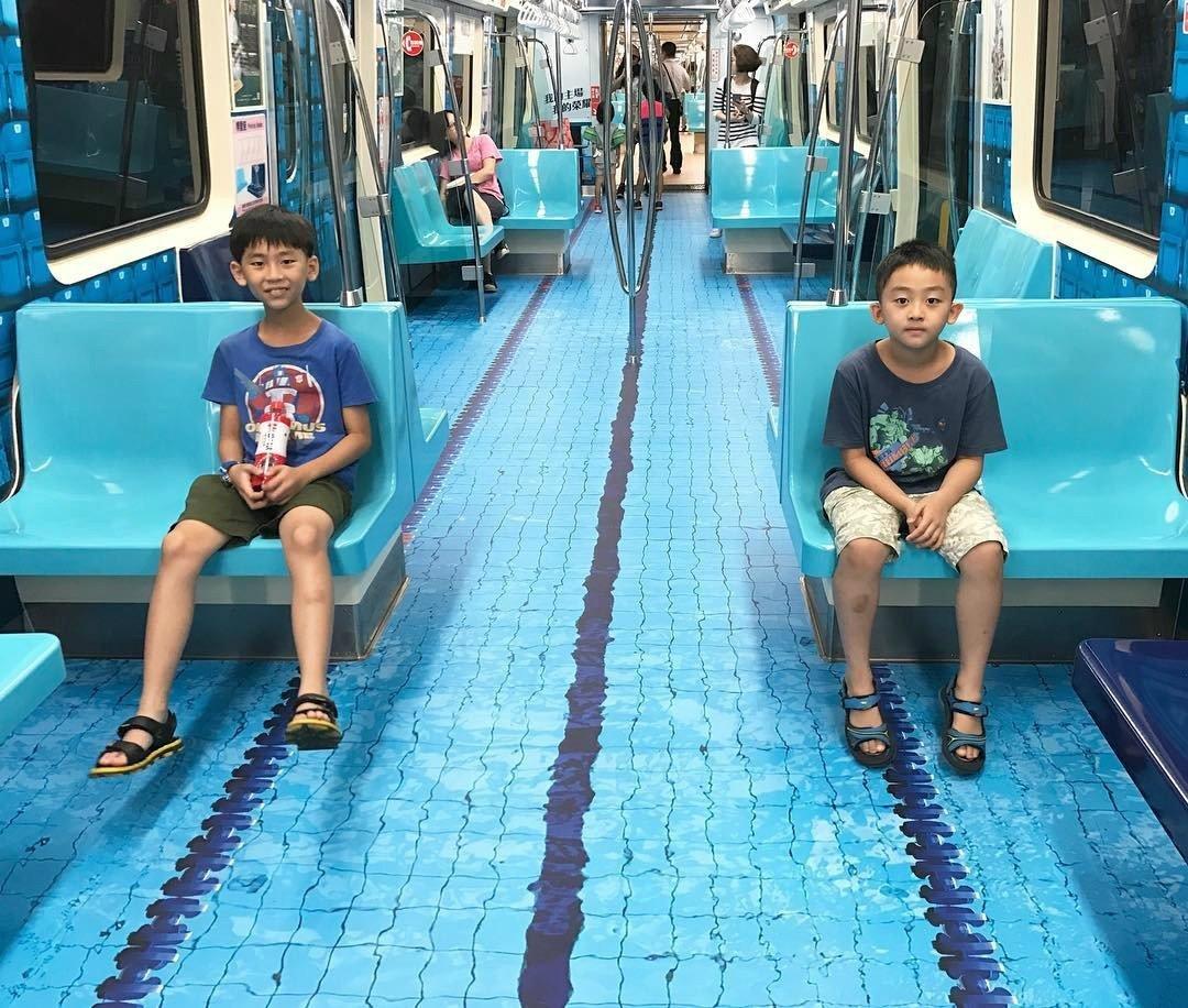 мальчики в вагоне метро