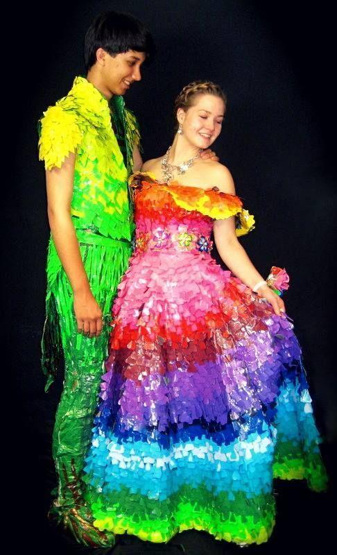 парень и девушка в пестрых нарядах