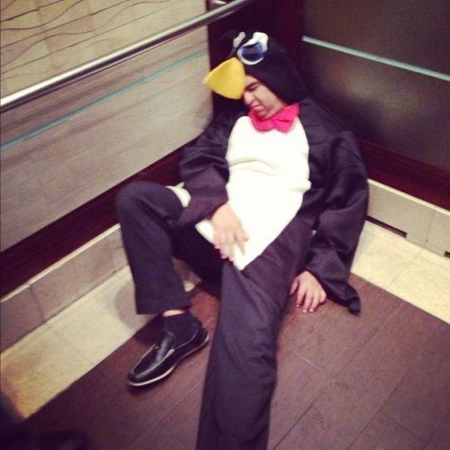 парень в костюме пингвина