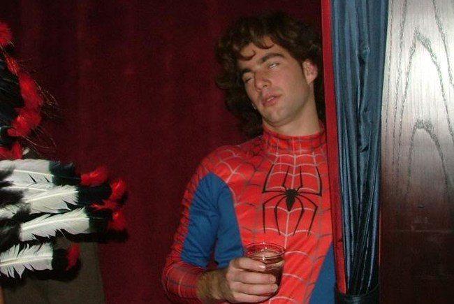 парень в костюме спайдермена