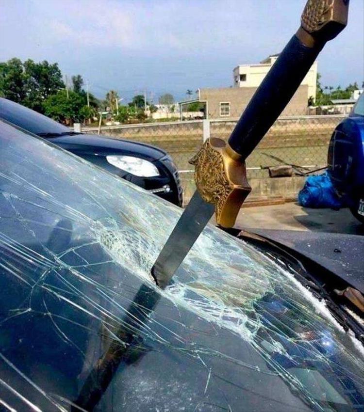 меч в лобовом стекле