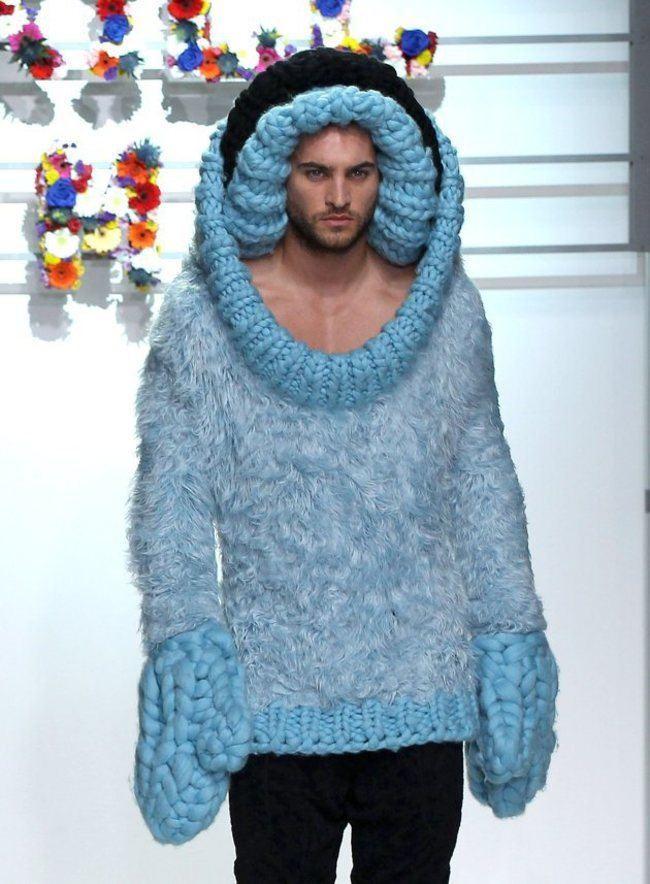 парень в голубом свитере
