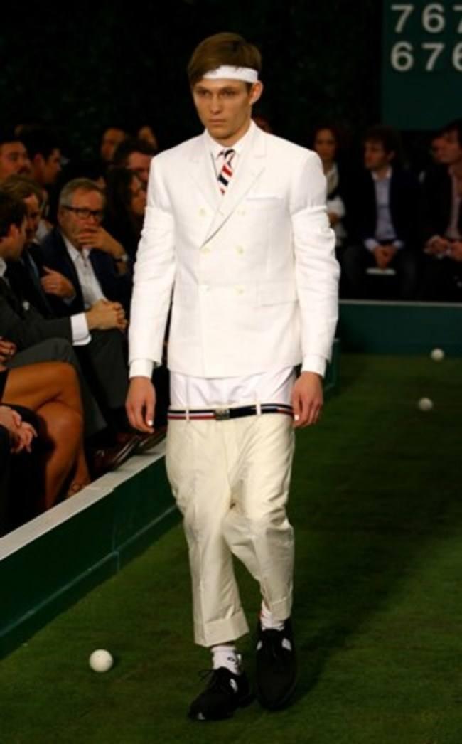 парень в белом костюме