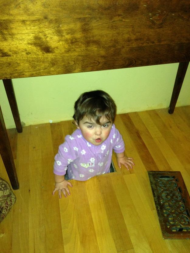 мальчик застрял в полу