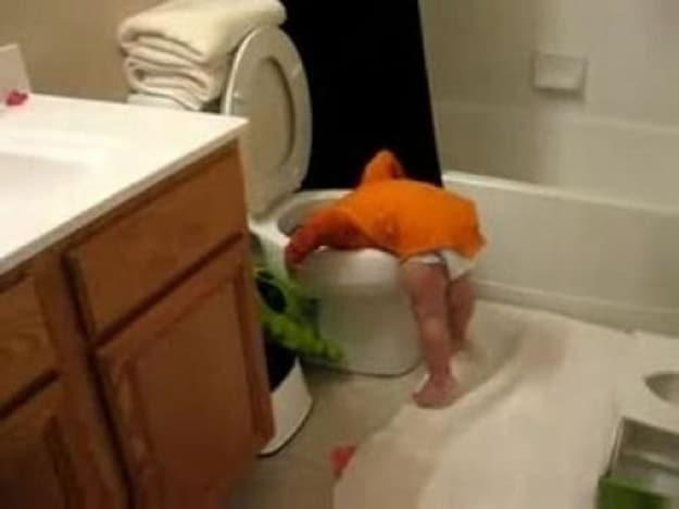 ребенок головой в унитазе